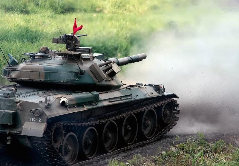 74式戦車と、発射直後に巻き上げられる土煙