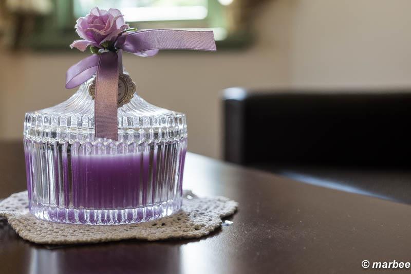 中身とリボンが紫色でオシャレな瓶