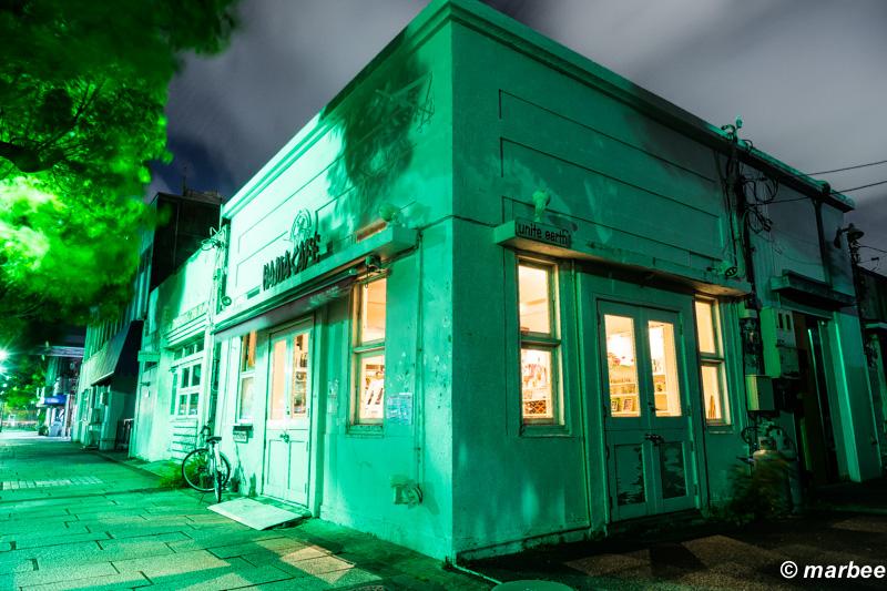 横浜の夜景 街角証明が緑でオシャレ