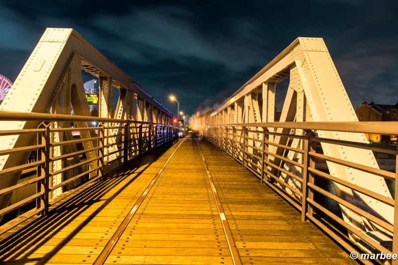 横浜の夜景 夜の橋 人通りはあるが映らない
