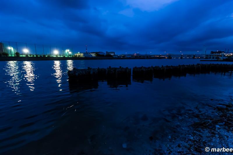 夕方と夜の間 一日の数分 川は青く染まる