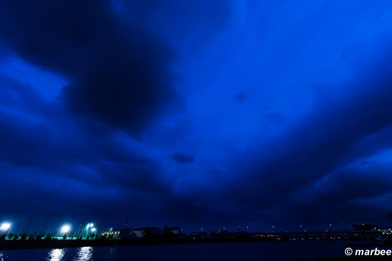 夕方と夜の間 悪い天気でも一時幻想的に見える