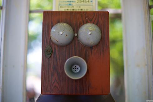 元町公園の電話ボックスの上に乗っているオブジェ
