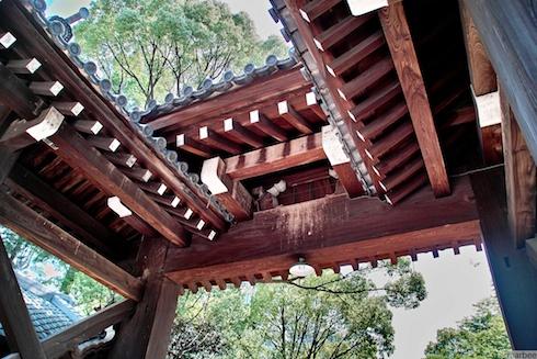 神社の入り口のウラ側