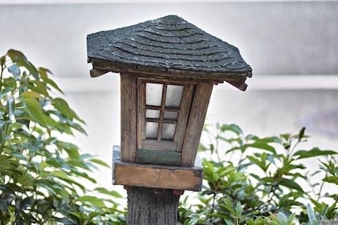斜めに立った灯籠?