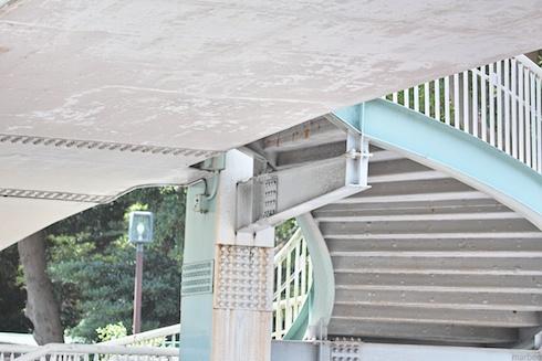 野毛山動物園と公園の陸橋を下から見た